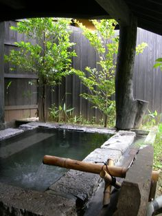 Some of us are showering, and also some are bathing. But there are methods to be both, like what Japan found centuries earlier when they established ofuro, or soaked. Here is an innovative concept for a Japanese bathroom design that you can apply at home. Japanese Bath House, Japanese Spa, Japanese Bathroom, Japanese Style House, Japanese Apron, Hot Tub Privacy, Outdoor Baths, Outdoor Bathrooms, Small Bathrooms