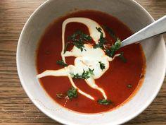 Soep van geroosterde paprika en tomaten
