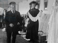 Community Post: 11 Never Before Seen Pictures Of The Titanic. A Queenstown vendor sells irish lace aboard the Titanic. Rms Titanic, Titanic Film, Titanic Photos, Titanic Sinking, Titanic History, Ancient History, Belfast, Belle Epoque, Southampton