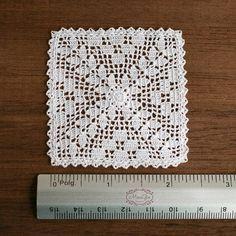 Miniatura de ganchillo blanco tapetito hecho a mano con hilo de bordar de viscosa y un gancho pequeño. Este tapete le dará un toque romántico a dollhouse, perfecto para 1:12 escala, las puntadas son tan pequeñas que también puede ser utilizado en 1:24 escala. Medidas 6 x 6 cm (2 3/8 pulgadas cuadrado). Cada tapete se lava después de terminado y bloqueado con un montón de pines en una superficie plana, se acostará en la mesa de miniatura para tazas o arreglos florales para sentarse y mi...