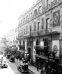 Imagen de los años veinte de la actual calle de Madero, en la que destaca el Palacio de Iturbide, hoy Palacio de Cultura Banamex.