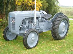 massey ferguson tractor diesel perkins 1948 the best ever world export Antique Tractors, Vintage Tractors, Vintage Farm, Farm Trucks, Old Trucks, Old Bangers, Best Riding Lawn Mower, Animal Stencil, Classic Tractor