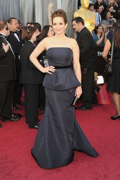 #oscarfashion I get it Tina, but no custom Caroline Herrera is going to save you. Are you trying to look like you were in Bridesmaids? (Funny women in bad dresses #7)