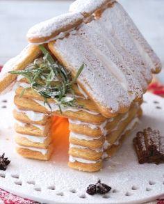 La baita di savoiardi è un'alternativa alla casa di pan di Zenzero natalizia.  Con una lucina all'interno è perfetta per il centrotavola delle feste! Italian Desserts, Italian Cooking, Camembert Cheese, Waffles, Dairy, Sweets, Cookies, Breakfast, Recipes