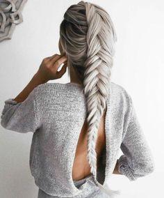 Longue tresse romantique, effet volume avec des extensions de cheveux de couleur gris, argenté.