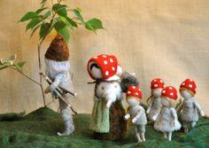 Needle felted champignon-poupées d'inspiration Waldorf : la famille de la forêt (par Elsa Beskow).Fabriqué sur commande