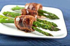 Una muy rica y lucidora receta para dar de aperitivo o botana en una fiesta, cena o comida.  La res es cocida con una salsa teriyaki y envuelta alrededor de los esparragos.
