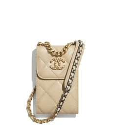 Discover the CHANEL Shiny Goatskin, Gold-Tone, Silver-Tone & Ruthenium-Finish Metal Beige Fall-Winter 2020/21, and explore the artistry and craftsmanship of the House of CHANEL. Chanel 19, Coco Chanel Fashion, Chanel Clutch, Chanel Store, Chanel Bags, Chanel Inspired Room, Chanel Chain Bag, Chanel Decor, Small Leather Goods