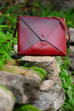 Unisex Leather bag, with rembable strap and gold button. Simple and minimalist. Small Leather Wallet, Leather Laptop Bag, Leather Purses, Leather Handbags, Leather Backpack, Leather Bags Handmade, Leather Craft, Clutches For Women, Purses And Bags