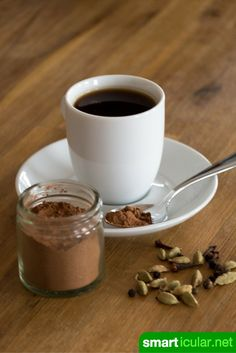 Kaffeegewürz enthält viele gesunde Zutaten und verleiht deinem Kaffee ein kräftiges Aroma. Hier findest du ein Rezept zum Selbermachen für jeden Geschmack.