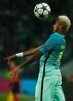 Barcelona's Brazilian forward Neymar heads the ball during the UEFA Champions League first-leg group C football match between Borussia Moenchengladbach and FC Barcelona at the Borussia Park in Moenchengladbach, western Germany on September 28, 2016. / AFP / Odd ANDERSEN