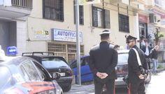 Napoli, sparatoria a in pieno giorno contro i titolari di un'autofficina: muore il figlio, ferito il padre