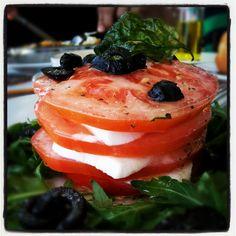 Ensalada caprese  http://www.thespanishfood.es/2012/10/recetas-20-ensalada-caprese.html