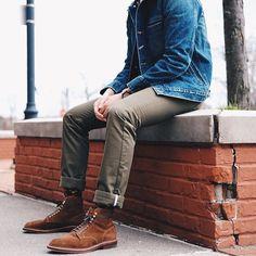 Superbes boots en veau velours marron portées avec un chino et une veste en jeans