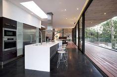 Corallo House / PAZ Arquitectura - photo © Andres Asturias #modernkitchen #indooroutdoor