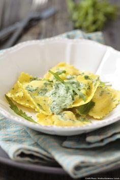 Réalisezvotre pâte à raviolis maison ouachetez-lafraîche dans le commerce. Vous pouvez remplacer la roquette par des épinards et servir les raviolis avec une sauce à la crème, aux herbes et au citron.