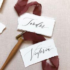 Spuneam ca am sa revin cu un feedback in legatura cu toc-ul de la @the_nude_pen . Deci este extraordinar, atat de usor imi este sa… Wedding Stationary, Wedding Invitations, Addressing Envelopes, Wedding Place Cards, Name Cards, Wedding Designs, Place Card Holders, Calligraphy, Girls