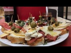 COMO PREPARAR MONTADITOS O TAPAS ESPAÑOLAS How to prepare spanish mounts - YouTube Oriental Food, Canapes, Finger Foods, Entrees, Buffet, Spanish, Appetizers, Lunch, Snacks