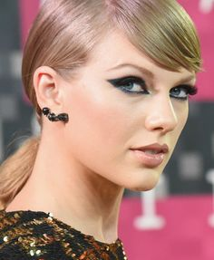 Taylor Swift went full-on GLAM with her beauty look for the MTV Video Music Awards.