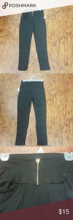 Sexy Black Jeggings w/front zipper & pockets Sexy black jeggings with front zipper in front pockets Sizes are S/M & M/L D&T Pants Leggings