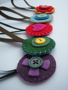 Felt and button bookmarks. Felt Diy, Felt Crafts, Fabric Crafts, Craft Projects, Sewing Projects, Crafts For Kids, Arts And Crafts, Felt Bookmark, Diy Bookmarks