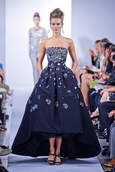 Oscar de la Renta Spring How can I justify wearing/buying this? THINKING. Haute Couture Style, Couture Mode, Couture Fashion, Runway Fashion Looks, Fashion Week, Woman Fashion, Dress Outfits, Fashion Dresses, Dress Up