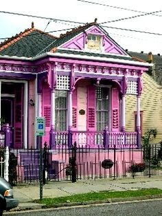 Love it.Southern Mansion, Garden District, New Orleans Louisiana. One of my favorite places in the world! New Orleans Homes, New Orleans Louisiana, Pink Houses, Old Houses, Colorful Houses, New Orleans Architecture, Southern Mansions, Shotgun House, New Orleans French Quarter