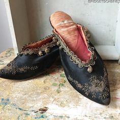 Bridget's Cabinet found this beautiful pair of late 18th. Century women shoes. they are from around 1780's, this stunning pair comes straight from a