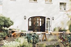 Reform Cph Kitchen / Berlin guide / The designers behind BUCHHOLZBERLIN opened a cozy café in Berlin with a hidden green oasis in the backyard. Berlin Cafe, Opening A Cafe, Rustic Wooden Table, Wooden Tables, Coffee Shop Bar, Cozy Cafe, Brick And Mortar, Inside Outside, Tasting Room