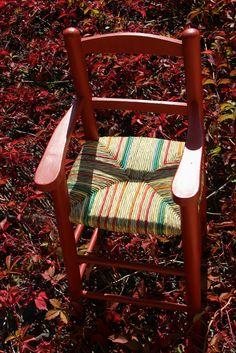 51003b74b5cf Chaise haute rempaillée en herbe des marais et paille de seigle. Peinture à  la caséine