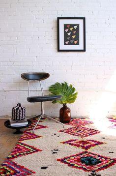 tapis marocain, un beau mur peint en briques blanches