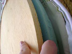Material necessário… *Pneus (são dois para cada puf, e para mesinha1) *cola de sapateiro (usei duas latinhas pequenas para todo o conjunto) *circulos de mdf 50cm de diâmetro (2 para cada puf …
