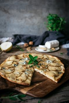 Tapas Recipes, Pizza Recipes, Cooking Recipes, Pear Gorgonzola Pizza, Chocolate Chip Pizza, Barbecue Chicken Pizza, Bacon Pizza, Bistro Food, Pizza Flavors