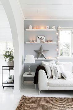 Minttu etsi pitkään sohvaa, josta saa kaikki päälliset irti pesua varten. Sohva on HTCollectionin ja ostettu Iskusta. Hayn pikkupöydät ovat Finnish Design Shopista, matto Linie Designin. Tarjoiluvaunu on Elloksen Morris.