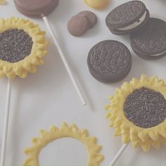 Celebrate the change of seasons with these sunny-in-design, easy-to-make Sunflower Cookie Pops. Begin with chocolate sandwich cookies for the bases, add Yellow and Light Cocoa Candy Melts® candy and Chocolate Jimmies Sprinkles for the ray flowers and flo Oreo Pops, Cookie Pops, Candy Melts, How To Make Sunflower, Sunflower Cookies, Sunflower Cake Ideas, Sunflower Crafts, Sprinkles Recipe, Decorated Cookies