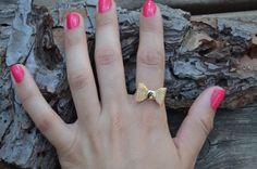 Por fin es viernes!! Y nada como nuestro anillo lazo para engalanar   vuestra mano :)) http://www.misstendencias.com/30-anillos