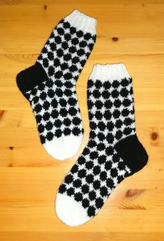 "Marimekko ""Räsymatto"" - sukat Novita Nalle-langasta. Koko 36 - 37. Kiilakavennus kantapään alla. Marimekko, Socks, Knits, Fashion, Moda, Fashion Styles, Sock, Knit Patterns, Stricken"
