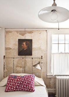 La casa de John Derian - AD España, © Manolo Yllera  Un dormitorio de invitados, con retrato de la escuela de Boston, cama francesa del xix y lámparas del XX, todo en la tienda del diseñador. Throw de Jeannette Ferrier.