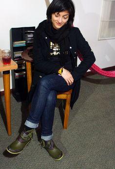 Ahora Laura tiene unos botines verdes, con suela verde manzana catanavia. Se ve orgullosa de su adquisición! Gracias.