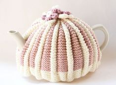 a traditional pleated tea cosy with this free knitting pattern. This Tea cosy free knitting pattern will introduce you to the knitting basics and more! Tea Cosy Knitting Pattern, Tea Cosy Pattern, Knitting Patterns Free, Free Knitting, Free Pattern, Finger Knitting, Scarf Patterns, Knitting Basics, Knitting Projects