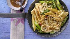 Pikanter Genuss mit fernöstlicher Note und frischem Spargel Diet Recipes, Vegetarian Recipes, Healthy Recipes, Healthy Food, Vegan Sweets, Cravings, Dairy Free, Spicy, Veggies