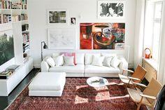 Mixen vitt, trä och orientalisk matta.