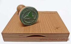 Poduszka drewniana na tusz z dedykacją i stemplem ex libris. Więcej informacji: http://www.maxsc.com.pl/pieczatki-2/ex-libris/poduszki-drewniane-na-tusz/