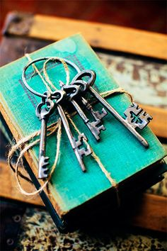 Old Keys I Love Vintage keys & books Antique Keys, Vintage Keys, Vintage Love, Antique Books, Vintage Beauty, Under Lock And Key, Key Lock, Cles Antiques, Turquoise Home Decor