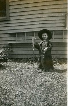 VINTAGE PHOTO: CUTE LITTLE GIRL DRESSED AS A WITCH HALLOWEEN COSTUME