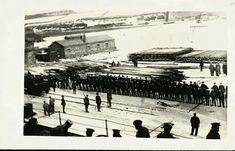 """Nordland fylke Narvik Engelsk """"Post Card"""" fra som viser oppstilling av engelske soldater i Narvik havn 1940 landsatt fra HMS Renown. Bak på kortet er notert; """"The Detachment of Marine Landing..."""