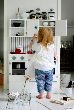 leikkikeittiö,leikkihella,leikkiuuni,lelut,leikkiastiat,diy,ideoita lastenhuoneeseen