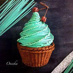 """В этот раз я почувствовала себя самым настоящим кондитером. И хотя это была не настоящая выпечка, кексик получился невероятно вкусным. Этот милый кекс-шкатулку можно купить. Цена 5000 тенге/1000 рублей. Для покупки или заказов """"по мотивам"""" или по любым другим вопросам пишите в direct. . . #handmade #handcraft #wickerwork #wicker #basket #cake #capsule #casket #basketry #basketmaking #плетение #плетениеизбумаги #бумажнаялоза #бумага #кекс #капкейк #шкатулка #коробочка #хранение…"""