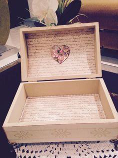 Parte interna decorada com papel e coração de chipboard decoupado