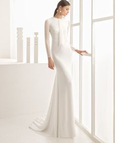 Vestido de novia silueta de georgette con cuello redondo y manga larga, en color natural.